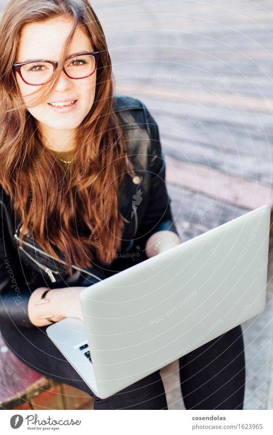 Ana lernen Schüler Azubi Studium Student Computer Notebook Internet feminin Junge Frau Jugendliche 1 Mensch 18-30 Jahre Erwachsene Park Jacke Brille brünett