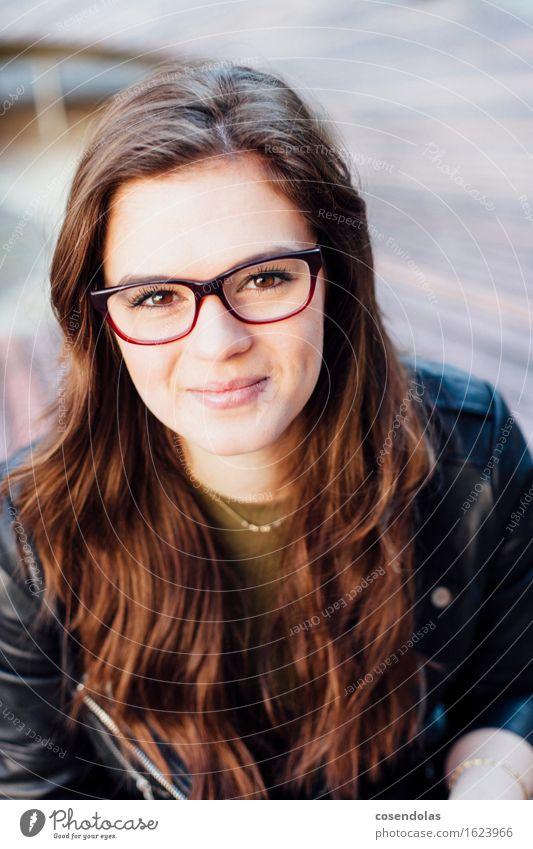 Ana Lifestyle Freizeit & Hobby Student feminin Junge Frau Jugendliche 1 Mensch 18-30 Jahre Erwachsene Park Platz Jacke Brille brünett langhaarig Lächeln lachen
