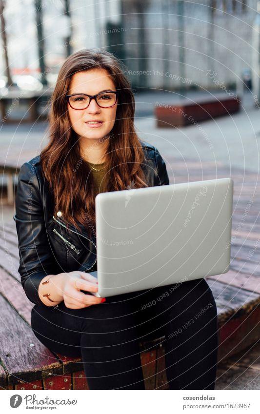 Ana Mensch Jugendliche Stadt schön Junge Frau 18-30 Jahre Erwachsene feminin Lifestyle lachen Park Freizeit & Hobby sitzen authentisch Platz Lächeln