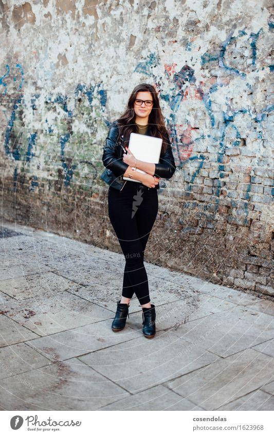 Ana Mensch Jugendliche Stadt schön Junge Frau 18-30 Jahre Erwachsene Wand feminin Lifestyle Mauer lachen Glück Mode Freizeit & Hobby authentisch