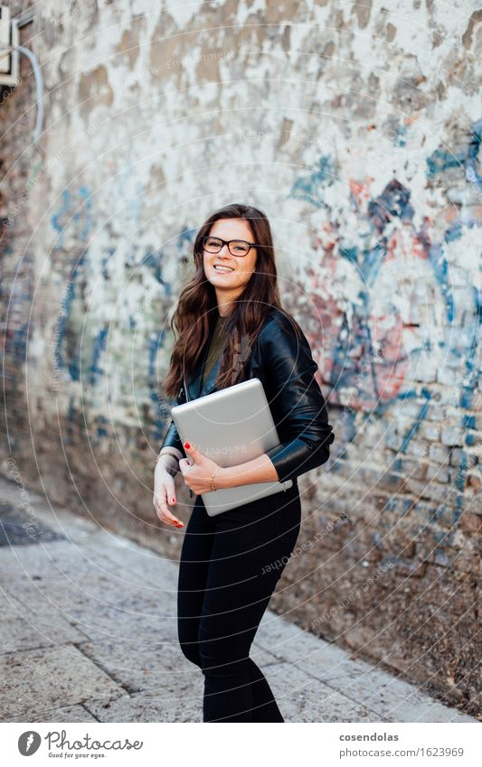 Ana Mensch Jugendliche Stadt schön Junge Frau 18-30 Jahre Erwachsene Wand feminin Lifestyle Mauer lachen Mode Arbeit & Erwerbstätigkeit Freizeit & Hobby