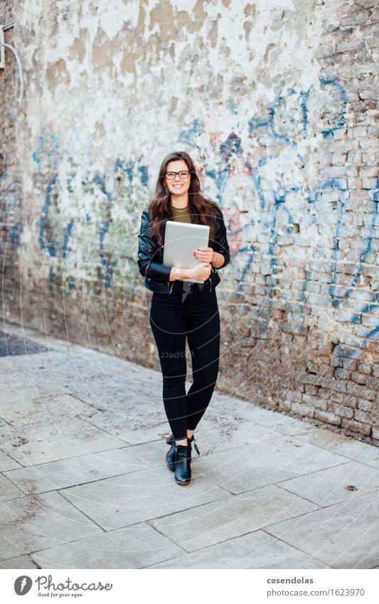 Ana Mensch Jugendliche Stadt schön Junge Frau 18-30 Jahre Erwachsene Wand feminin Lifestyle Mauer lachen Mode Freizeit & Hobby authentisch Schuhe