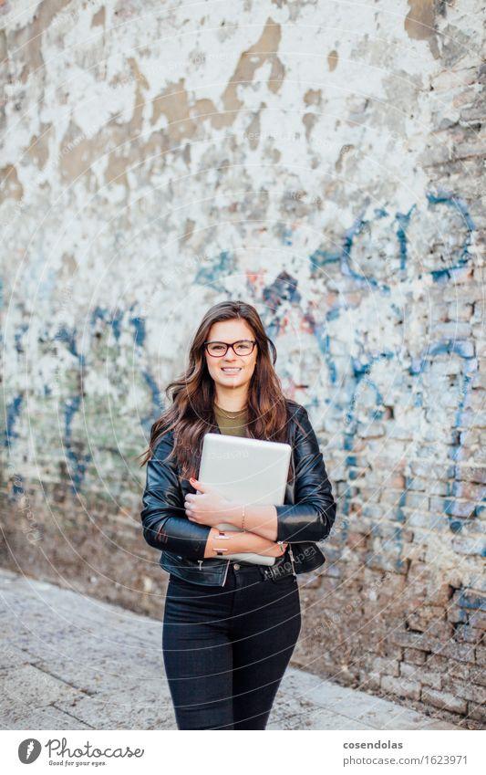 Junge Frau mit Notebook lernen Studium Student feminin Jugendliche 1 Mensch 18-30 Jahre Erwachsene Jacke Leder brünett langhaarig Arbeit & Erwerbstätigkeit