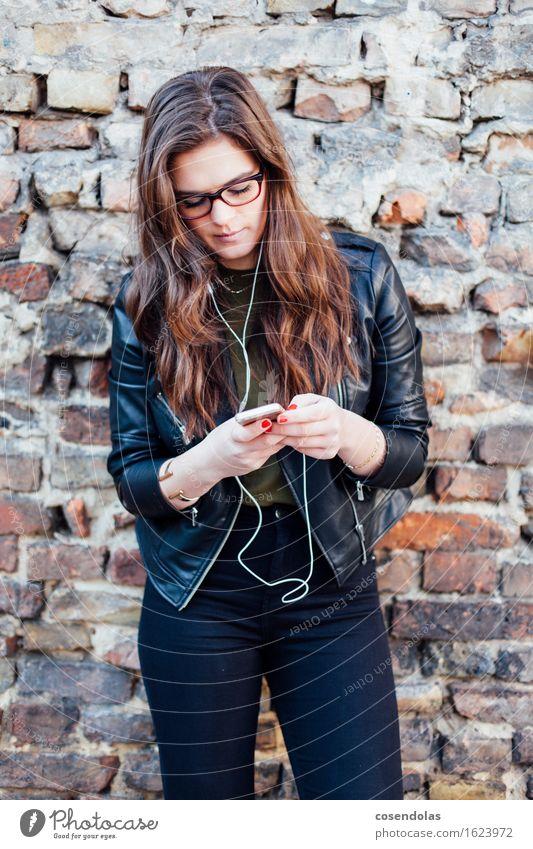 Ana Mensch Jugendliche schön Junge Frau 18-30 Jahre Erwachsene Wand feminin Lifestyle Mauer Mode Freizeit & Hobby Musik authentisch Telekommunikation einzigartig