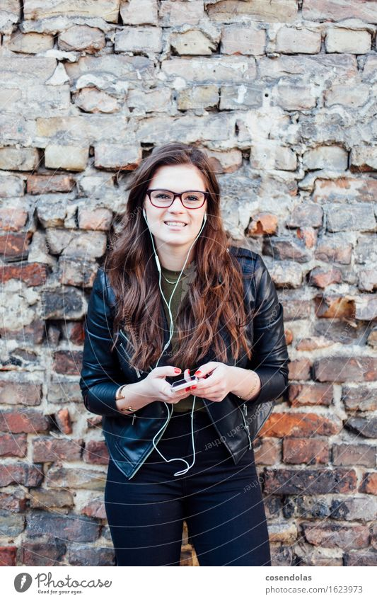 Junge Frau mit Smartphone in der Hand hört Musik Jugendliche schön Freude 18-30 Jahre Erwachsene Wand Frühling Herbst feminin Lifestyle lachen Glück
