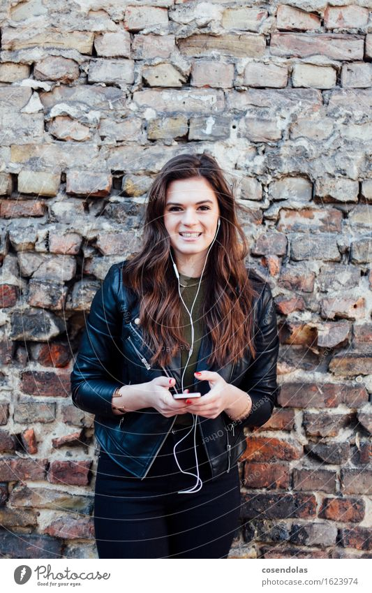Ana Mensch Jugendliche schön Junge Frau Freude 18-30 Jahre Erwachsene Wand feminin Stil Lifestyle Mauer lachen Mode Freizeit & Hobby Musik