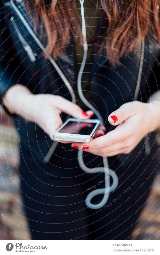 Ständig Erreichbar Mensch Frau Jugendliche Junge Frau Hand Mädchen 18-30 Jahre Erwachsene feminin Lifestyle Freizeit & Hobby 13-18 Jahre Musik Kommunizieren Internet Handy