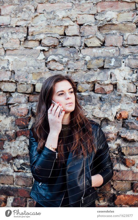 Ana Mensch Jugendliche Stadt schön Junge Frau 18-30 Jahre Erwachsene Wand sprechen feminin Stil Lifestyle Mauer Mode Freizeit & Hobby nachdenklich