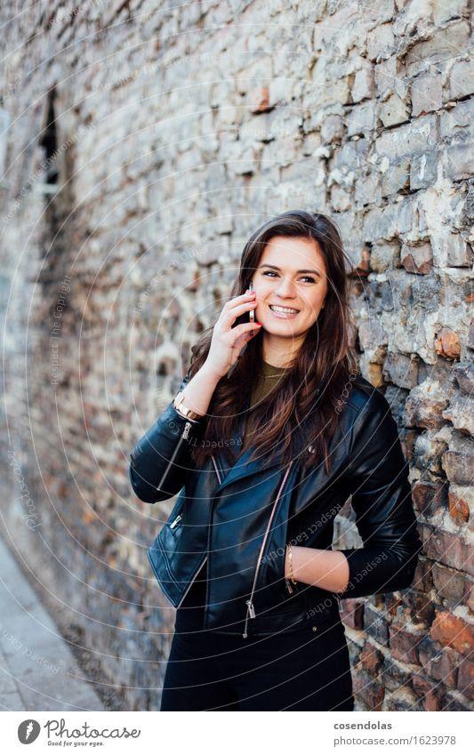 Hi Mum Mensch Jugendliche Stadt schön Junge Frau 18-30 Jahre Erwachsene Wand sprechen feminin Stil Lifestyle Mauer lachen Mode Fassade
