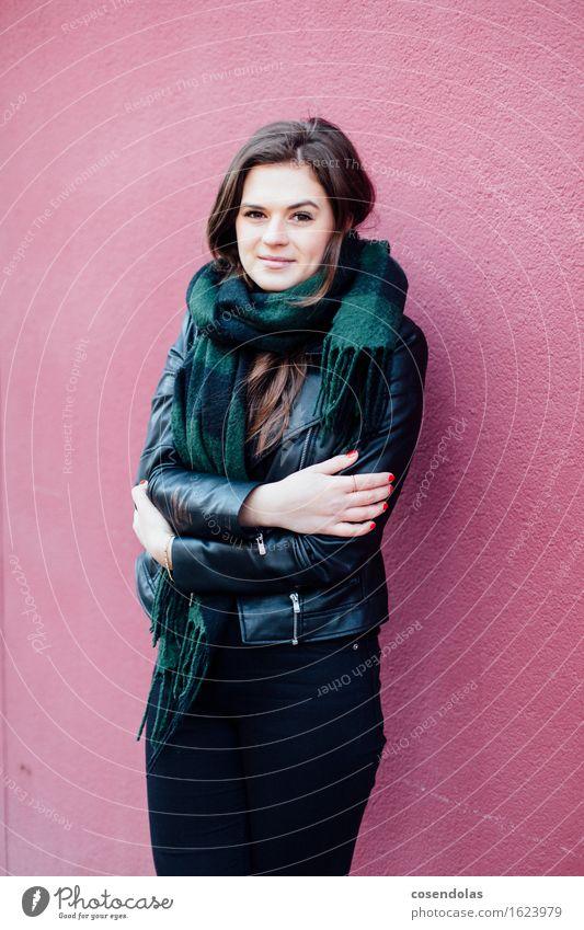 Ana ist kalt Lifestyle Stil Freizeit & Hobby Winter Student feminin Junge Frau Jugendliche 1 Mensch 18-30 Jahre Erwachsene Mauer Wand Fassade Hose Jacke Schal