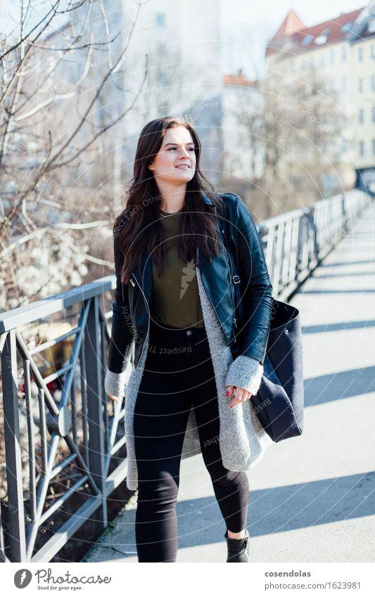 Ana Mensch Jugendliche Stadt schön Junge Frau Freude 18-30 Jahre Erwachsene Straße feminin lachen gehen authentisch Fröhlichkeit laufen Lächeln
