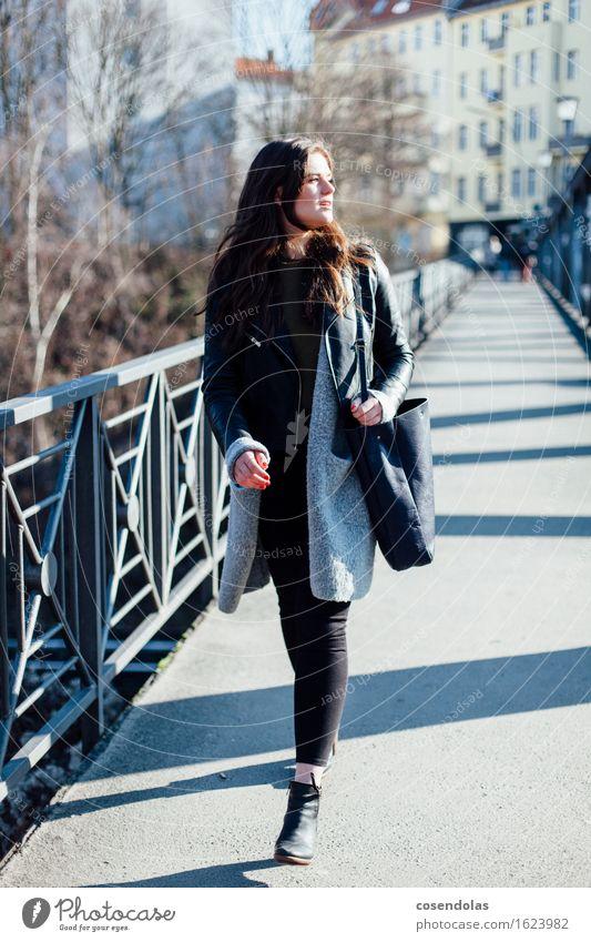 Ana Mensch Jugendliche Stadt schön Junge Frau 18-30 Jahre Erwachsene Bewegung feminin Stil Lifestyle Mode gehen Kraft authentisch kaufen