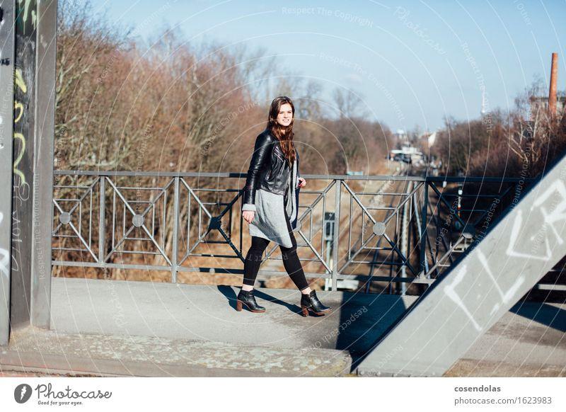Take the A Train Lifestyle Student feminin Junge Frau Jugendliche 1 Mensch 18-30 Jahre Erwachsene Stadt Hauptstadt Brücke Hose Jacke Mantel Tasche Schuhe
