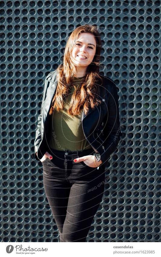 Ana Lifestyle Student feminin Junge Frau Jugendliche 1 Mensch 18-30 Jahre Erwachsene Mauer Wand Fassade Mode T-Shirt Hose Jacke brünett langhaarig Lächeln