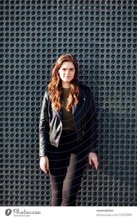 Ana Student feminin Junge Frau Jugendliche 1 Mensch 18-30 Jahre Erwachsene Mauer Wand Fassade Hose Jacke brünett langhaarig Lächeln stehen authentisch trendy