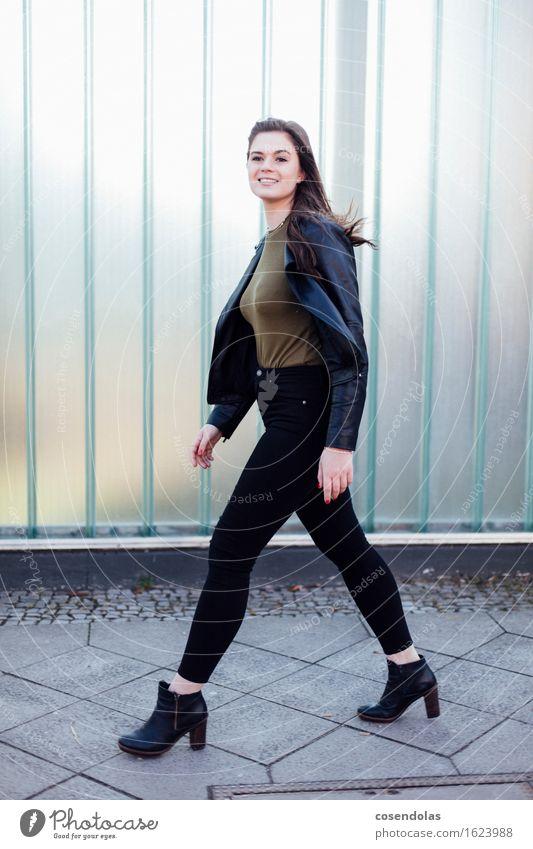 klick klack klick klack smile Lifestyle Stil Student feminin Junge Frau Jugendliche 1 Mensch 18-30 Jahre Erwachsene Stadt Mauer Wand Fassade Mode Hose Jacke