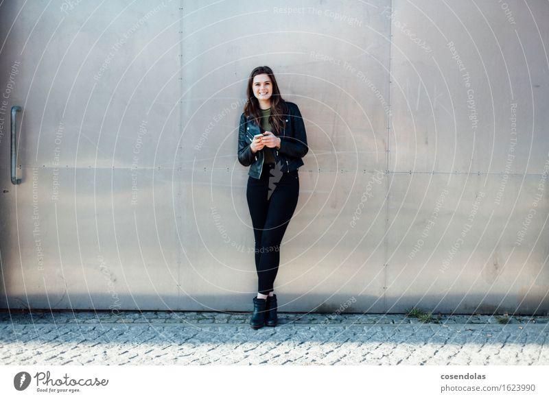 Ana Mensch Jugendliche schön Junge Frau Freude 18-30 Jahre Erwachsene Wand feminin Lifestyle Mauer lachen Glück Fassade Zufriedenheit authentisch