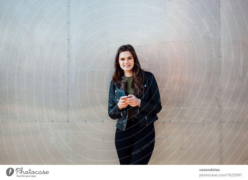 Ana Student Handy PDA Unterhaltungselektronik feminin Junge Frau Jugendliche 1 Mensch 18-30 Jahre Erwachsene Hauptstadt Stadtzentrum Mauer Wand Fassade Jacke