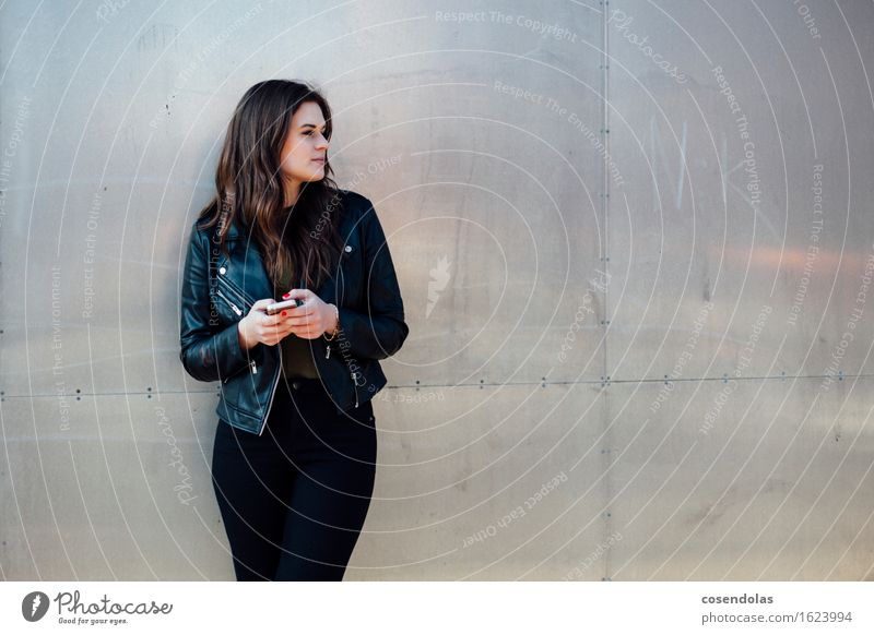 Twittern Lifestyle Freizeit & Hobby Student Handy PDA Unterhaltungselektronik feminin Junge Frau Jugendliche 1 Mensch 18-30 Jahre Erwachsene Stadt Mauer Wand