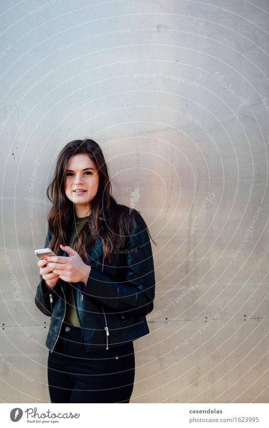 Digital Native Mensch Jugendliche Stadt schön Junge Frau 18-30 Jahre Erwachsene Wand feminin Lifestyle Mauer Fassade Zufriedenheit authentisch Lächeln Student