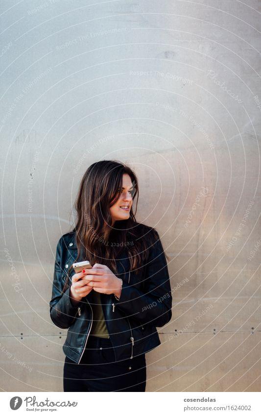 messenger addicted Mensch Jugendliche Stadt schön Junge Frau 18-30 Jahre Erwachsene Wand feminin Lifestyle Mauer lachen Fassade Freizeit & Hobby authentisch Lächeln