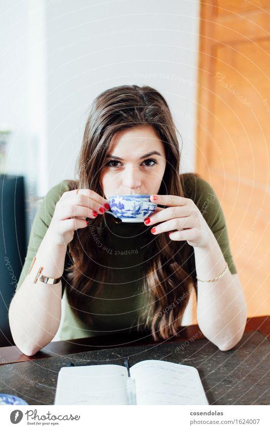 Tea Time trinken Tee Lifestyle Bildung Schüler Azubi lernen Student feminin Junge Frau Jugendliche 1 Mensch 18-30 Jahre Erwachsene T-Shirt Schmuck brünett