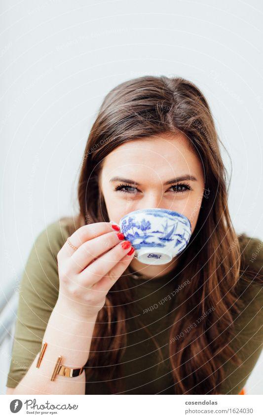 China Blau Mensch Jugendliche schön Junge Frau Freude 18-30 Jahre Erwachsene feminin Lifestyle lachen authentisch Fröhlichkeit Lächeln Lebensfreude trinken