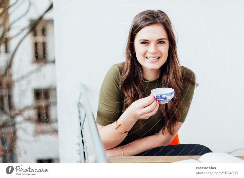 Tea Time #yolo trinken Tee Freude Azubi Studium lernen Student feminin Junge Frau Jugendliche 1 Mensch 18-30 Jahre Erwachsene Balkon T-Shirt Schmuck brünett