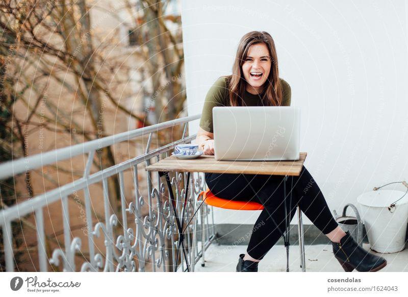 i just told a joke Mensch Jugendliche schön Junge Frau Freude 18-30 Jahre Erwachsene feminin Lifestyle lachen Arbeit & Erwerbstätigkeit Wohnung Zufriedenheit