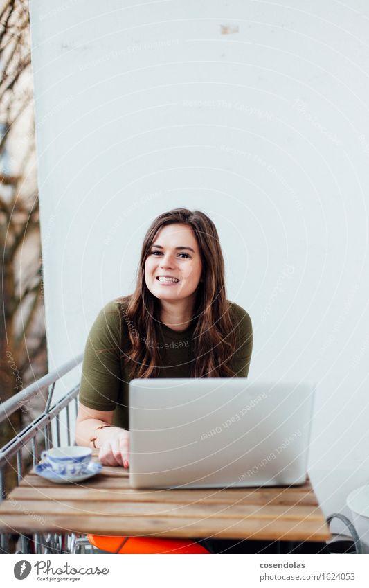 Lernen lesen Tisch feminin Junge Frau Jugendliche 18-30 Jahre Erwachsene authentisch Freude Glück Fröhlichkeit Begeisterung fleißig diszipliniert Student