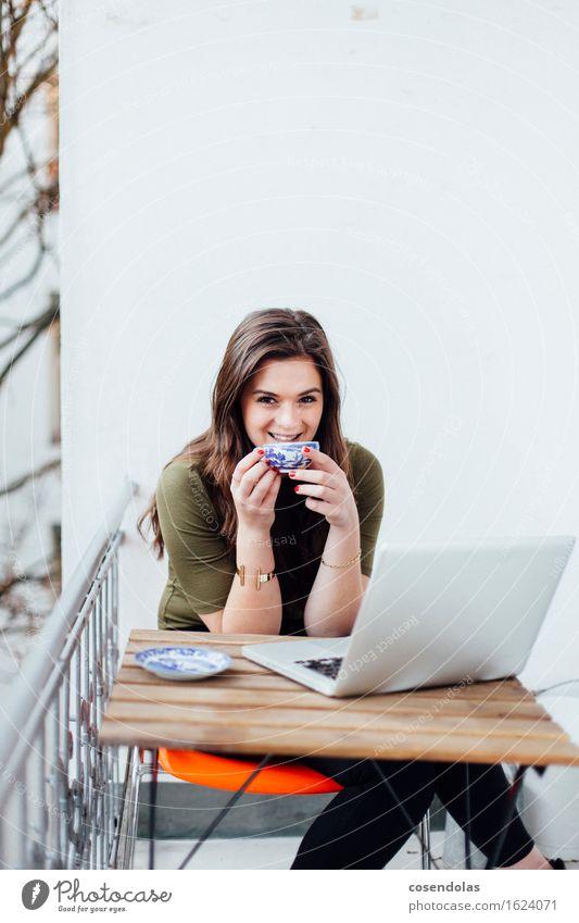 Smile trinken Tee Lifestyle Freude Wohnung Bildung Erwachsenenbildung lernen Studium Student Notebook feminin Junge Frau Jugendliche 1 Mensch 18-30 Jahre Balkon