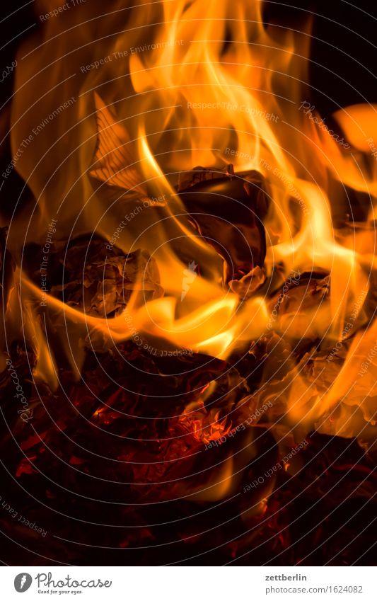 Aktenvernichtung dunkel Wärme Textfreiraum Feuer Brand brennen Flamme Zerstörung Versicherung Aktenordner Herd & Backofen Kamin Feuerstelle Feuerwehrmann heizen