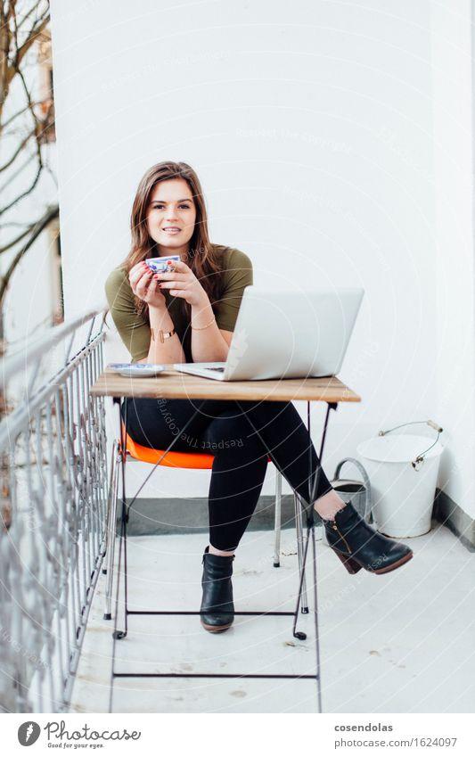 Busy Times trinken Tee Lifestyle Wohnung Studium lernen Student Arbeit & Erwerbstätigkeit Computer Notebook Internet feminin Junge Frau Jugendliche 1 Mensch