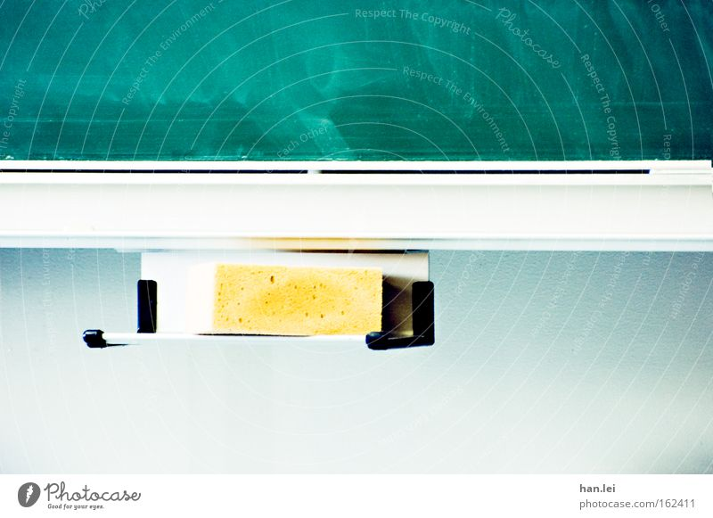 Oldschool Farbfoto Innenaufnahme Menschenleer Textfreiraum oben Textfreiraum unten Zentralperspektive Bildung Wissenschaften Schule Klassenraum Tafel Schüler