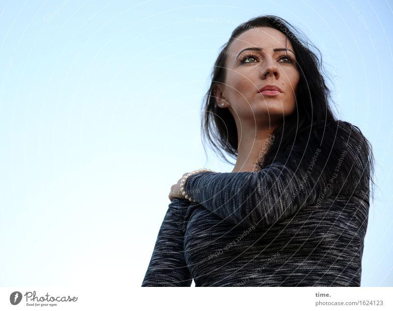 Nastya feminin 1 Mensch Himmel Pullover schwarzhaarig langhaarig beobachten Denken Blick warten schön selbstbewußt Coolness Willensstärke Mut Wachsamkeit Leben
