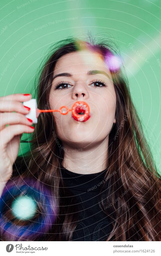 Bubbles Spielen Schüler Azubi Student feminin Junge Frau Jugendliche 1 Mensch 18-30 Jahre Erwachsene T-Shirt Pullover brünett langhaarig Stimmung Freude Glück