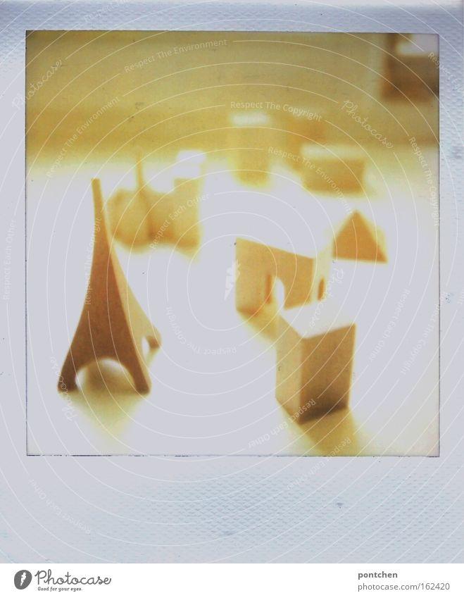 Holzfiguren. Eiffelturm, Häuser. Spielen Polaroid Sonnenlicht Sonnenstrahlen Gegenlicht Modellbau Kinderspiel Sightseeing Städtereise Wohnung Paris Frankreich