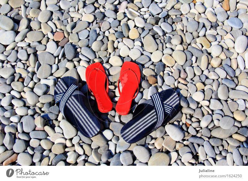 Varicoloured weibliche Schiefer am Strand Ferien & Urlaub & Reisen Mann blau Sommer Farbe rot dunkel Erwachsene feminin Sand Schuhe ruhen Kieselsteine