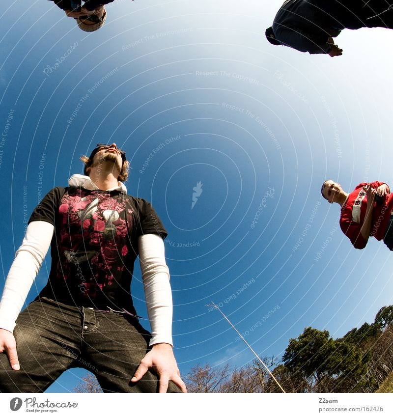 dreier Mensch Mann Natur Himmel Sonne grün Sommer Stil Freundschaft 3 Coolness stehen Freizeit & Hobby
