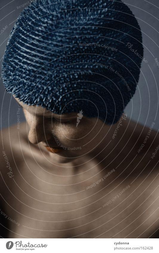 Verletzbarkeit Frau Mensch blau schön Gesicht Spielen Bewegung elegant Haut Gedanke sanft Schwäche verwundbar