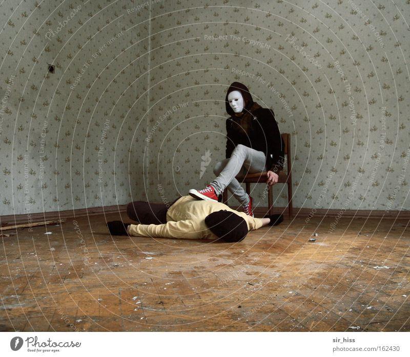 besiegt.. Mensch alt Tod liegen Angst sitzen gefährlich Macht Sicherheit fallen verfallen Ende Maske Todesangst Zerstörung abwärts