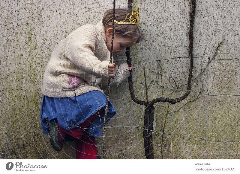 Dornröschen Stock Ast Astgabel Mädchen gold Krone Prinzessin Märchen Wand Zaun Gitter Gletscherspalte Lücke Wege & Pfade Spielen Konzentration Mann