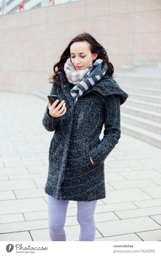 Smart (Phone) Mensch Jugendliche Stadt schön Junge Frau Freude Winter 18-30 Jahre Erwachsene Wand feminin Lifestyle Mauer Glück Fassade Treppe