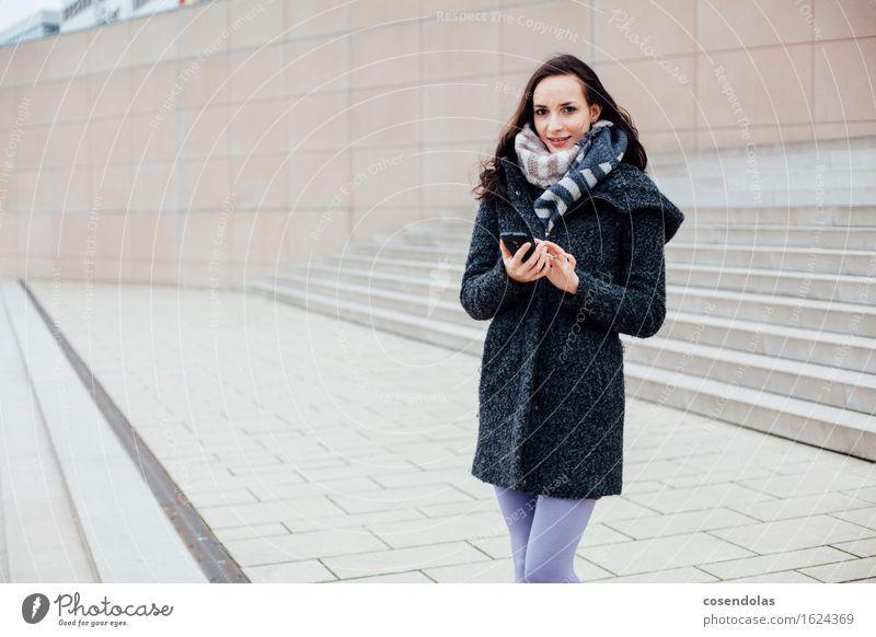 Smart (Phone) Girl Mensch Jugendliche Stadt schön Junge Frau Freude Winter 18-30 Jahre Erwachsene Wand feminin Lifestyle Mauer lachen Glück Fassade