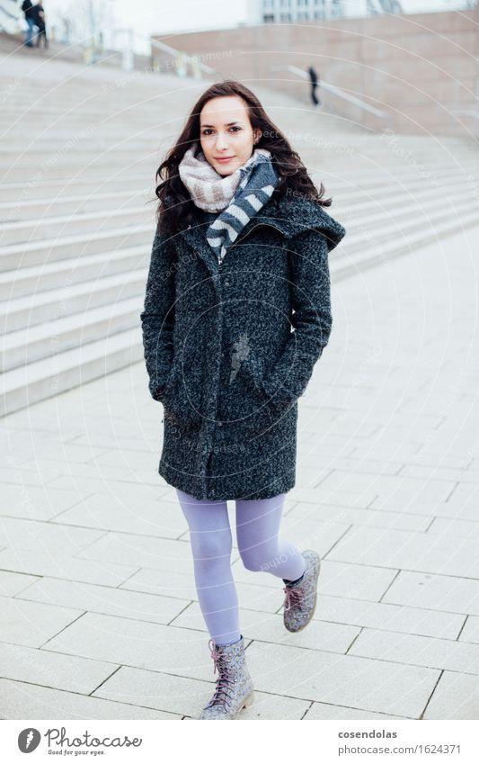 she´s walking Mensch Jugendliche Stadt schön Junge Frau Winter 18-30 Jahre Erwachsene feminin lachen Glück gehen Treppe Zufriedenheit authentisch Fröhlichkeit