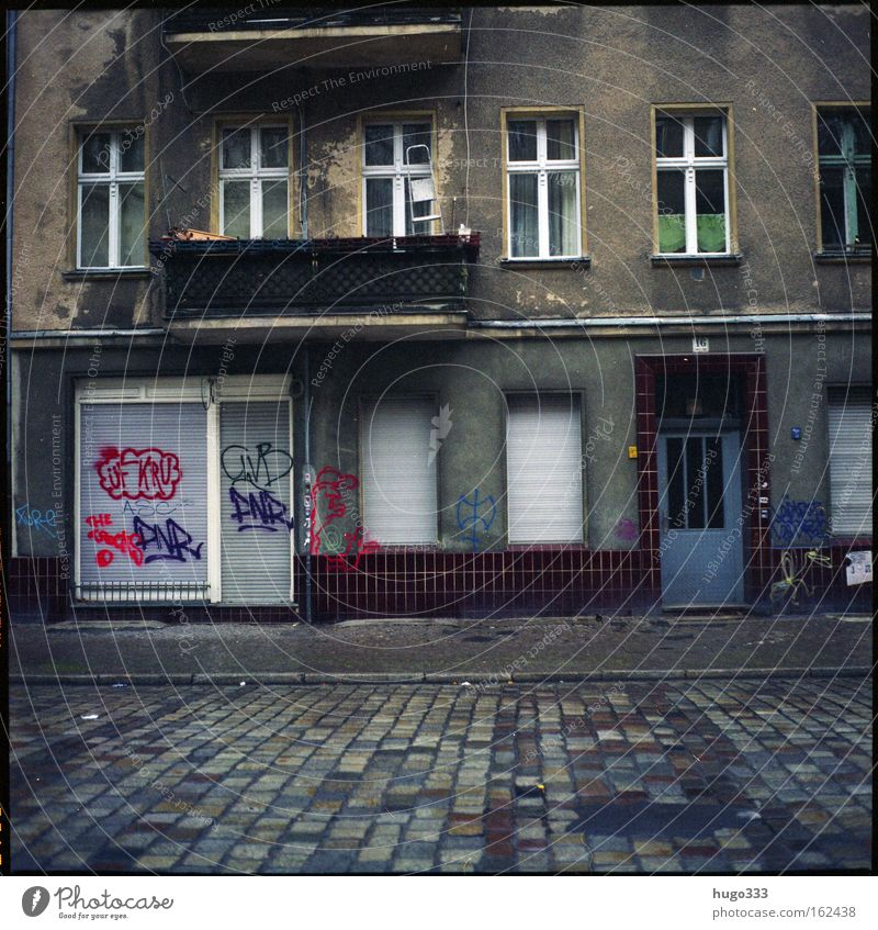 Berlin V Haus Einsamkeit Straße Fenster Graffiti trist Vergänglichkeit Eingang Altbau Mittelformat Kreuzberg Häuserzeile Neukölln