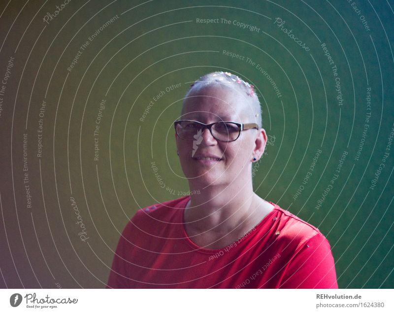 Susi | hat gefeiert Gesundheitswesen Behandlung Krankheit Mensch feminin Frau Erwachsene Gesicht 1 30-45 Jahre T-Shirt Brille Haare & Frisuren Glatze