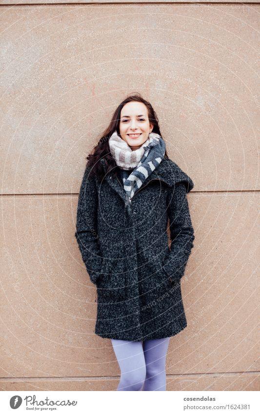 Smile Mensch Jugendliche schön Junge Frau Freude 18-30 Jahre Erwachsene Wand feminin Mauer lachen Glück Fassade Zufriedenheit authentisch Fröhlichkeit