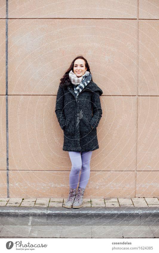 Smile Mensch Jugendliche Stadt schön Junge Frau Freude Winter 18-30 Jahre Erwachsene Wand feminin Lifestyle Mauer lachen Fassade Zufriedenheit