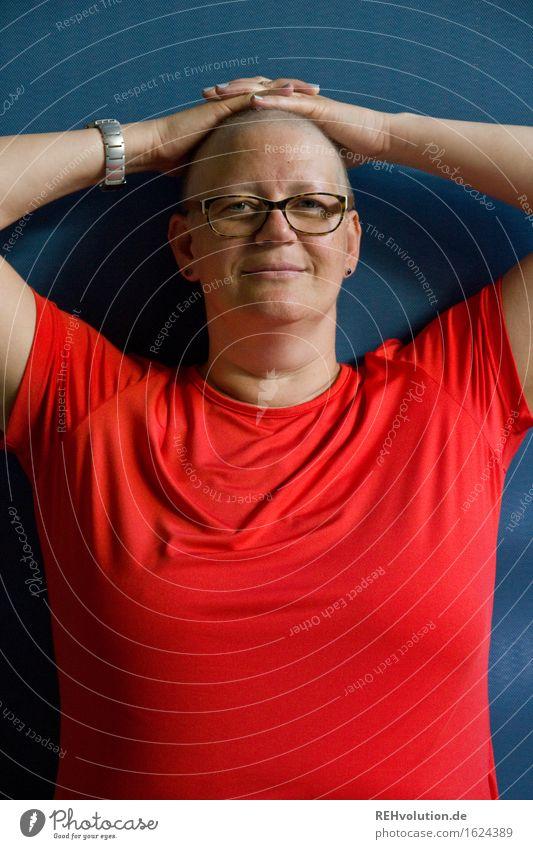 susi Mensch feminin Frau Erwachsene 1 30-45 Jahre T-Shirt Brille Glatze authentisch außergewöhnlich Coolness frei Freundlichkeit Fröhlichkeit einzigartig blau